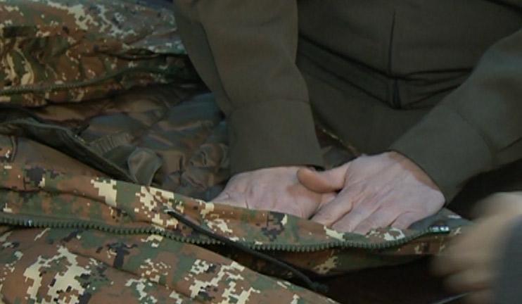 «Առավոտ». Այսօր էլ Վերնիսաժում զինվորի՝ մեծ քանակով համազգեստ, ներքնաշոր և կոշիկ է վաճառվում